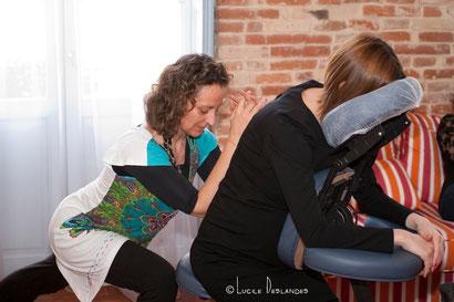 LE massage habillé, relaxant et Stimulant
