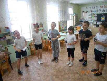 """Физкультминутка прошла в форме игры """"Живая неделя"""", где дети превратились в дни недели  и выполняли инструкции воспитателя."""