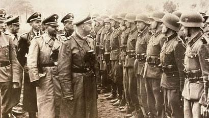 ap. Heinrich Himmler,leider van de SS, inspecteert Duitse troepen in 1944