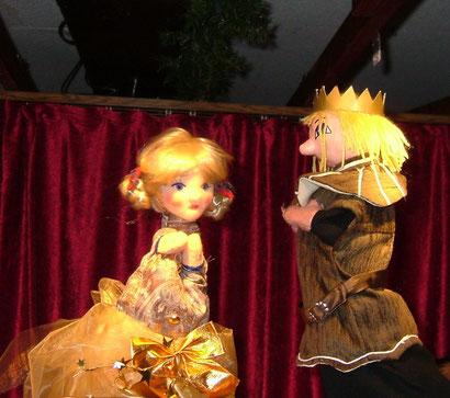 Dann erscheint Ella. Prinz Robert tanzt ganz lange mit ihr und möchte sie wiedersehen, aber sie will ihm ihren Namen nicht verraten.