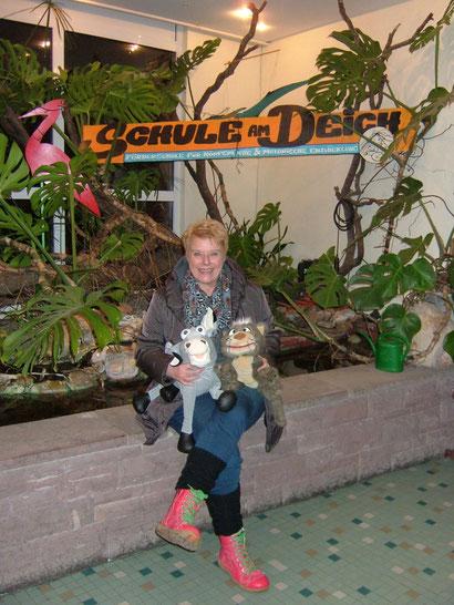 """Unsere Puppenspielerin Barbara Petersen mit dem Goldesel und Katze Kitty aus unserer neuen Produktion """"Die Bremer Stadtmusikanten"""""""