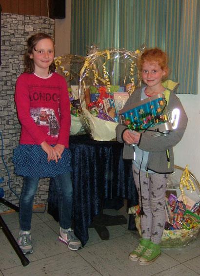 Rechts: Tomke Zimmermann, unsere 7.500te Besucherin, links Kathrin Gronewold, die Gewinnerin unserer  Verlosung.