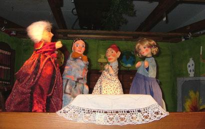 Stiefmutter Adelheid und die neuen Schwestern sind ganz gemein.