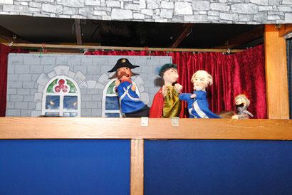 In diesen kleinen Kasten passen 6 Menschen und die Puppen!