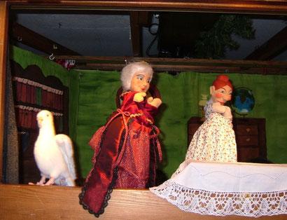 """...doch der Schuh ist zu klein und die Taube warnt ihn: """"RuckediGuh! Blut ist im Schuh!"""""""