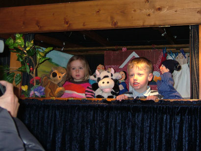 Unsere jüngsten Freunde, Anna (2) und Lucas (3) dürfen die Puppen hinter der Bühne besuchen.