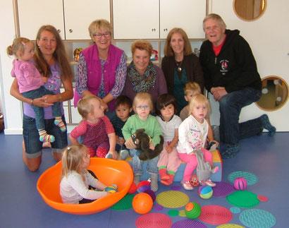 v.l. Kita-Leitung Marion Gebers; Puppenspölers Christel Wilden, Barbara Petersen, Petra Hölzemann-Brands und Ebbel Brands