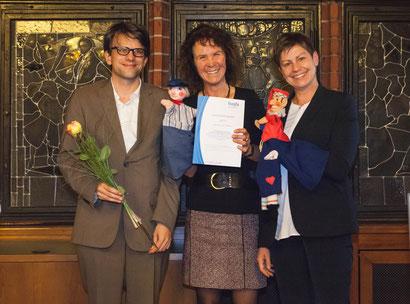 Monika Fricke (Leitung Stabstelle Ehrenamt in Leer) nahm das Oldersumer Kasperle und unseren Jan Hinnerk Janssen mit zur Preisverleihung nach Berlin.