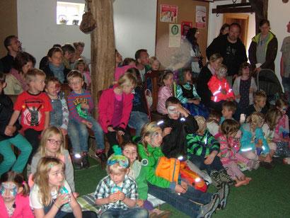 Unglaublich, dass pro Vorstellung 70 Kinder in die kleine alte Scheune passen. Tolle Atmosphäre und ein Publikum, das mitspielt!