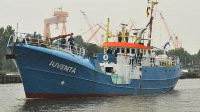 """Die """"Juventa"""" ist ein ehemaliger Emder Fischtrawler. Seit 2016 beteiligen sich Jugendliche mit diesem Schiff an Rettungsaktionen im Mittelmeer. Bisher retteten sie 6.526 Menschen das Leben. Dieses Projekt wollen wir gerne unterstützen."""