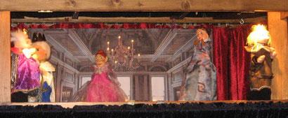 König und Königin betrachten die Tänzerinnen. Ob Prinz Robert sich für eine von ihnen entscheidet?