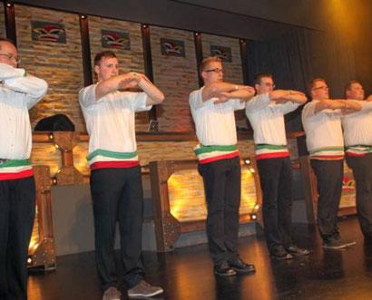 """Die Jungschützen zeigten im Nebelrauch eine disziplinierte Tanzshow und begeisterten mit ihrem """"Lord of the dance"""". - Quelle: """"der Patriot"""""""