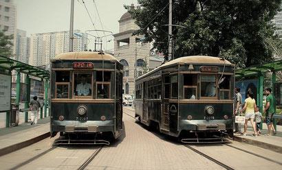 中国大連市内を走るレトロな路面電車(今も現役で走っています)