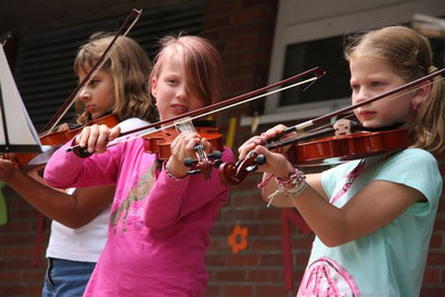 Auch die Geigen-Kinder haben ihren ersten Auftritt in diesem Schuljahr.