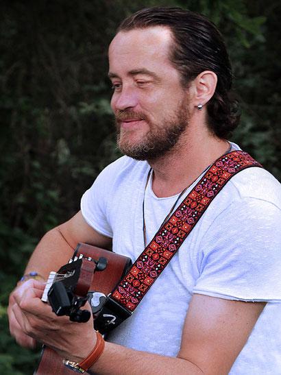 Shenoll Tokaj spielt Gitarre, Copyright Shenoll Tokaj