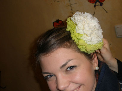 Auch im Haar sehen die Blumen sehr schön aus!