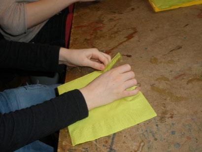 Als erstes nimmt man eine Serviette in der Farbe eurer Wahl. Links und rechts müsst ihr jetzt einen schmalen Streifen abreisen.