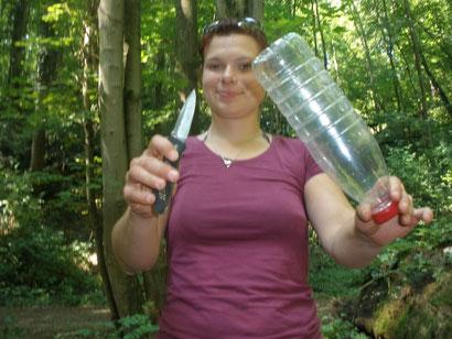 Hier seht ihr Sandra, die gerade die Flasche aufschneiden will!