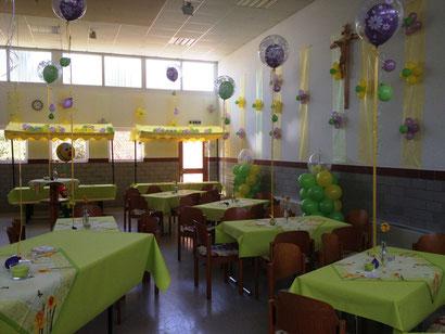 Leistungen der Kundschaft: Fixieren der Stoffbahnen an den Wänden, teilweise Herstellung der Ballonblaumen auf den Stoffbahnen, Fixieren dieser. Unsere Leistungen: Ballonsäulen, Geschenkballons, Bubble-Balloons (Tischdekoration), Center-Piece, Air-Walker