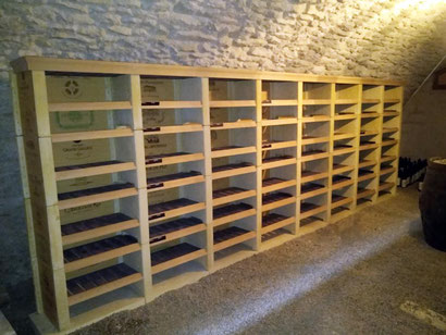 Rangement des bouteilles de vin sur 6 colonnes droites