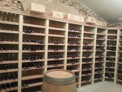 grand volume de bouteilles de vins rangé en cave