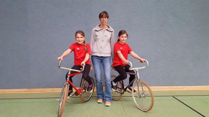Mia Baddenhausen, Trainerin Tanja Bläsing-Mihr und Lovis Mihr