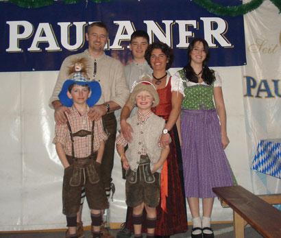Zum 15. Mal lädt die Familie Bischoff zu bayerischen Spezialitätenwochen: Konrad Bischoff, Sohn Raphael, Ehefrau Sandy und Tochter Laura (hinten vlnr); Sohn Nicholas (vorne links) und Sohn Leonard.