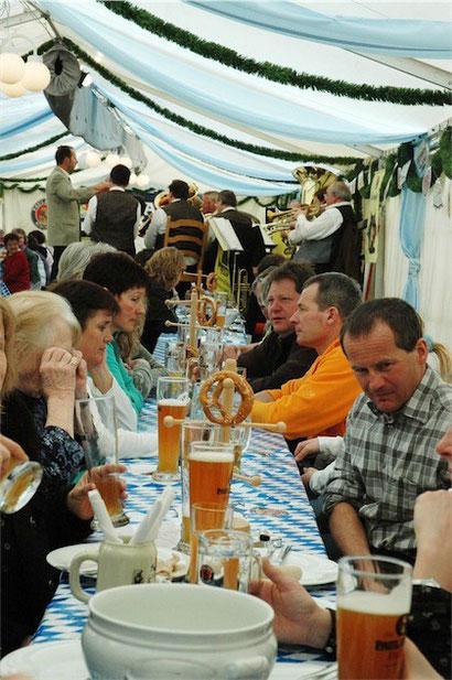 Brotzeit am Sonntag im Festzelt mit Weisswürsten, Brezeln und echtem Weissbier.