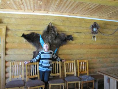 Olga unter dem Bärenfell