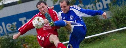 Der FSV Preußen Bad Langensalza (blau) tat sich gegen Großwechsungen ziemlich schwer, setzte sich letztlich aber mit 3:1 durch. Foto: Christian Habel