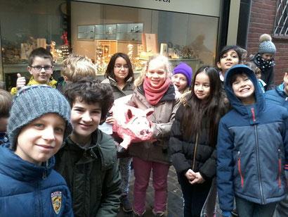 Schüler der Klasse 3a sammeln Spenden für den Schulhof in der Innenstadt