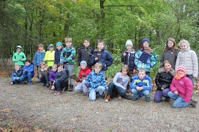 Klassenfoto 3a im Wald