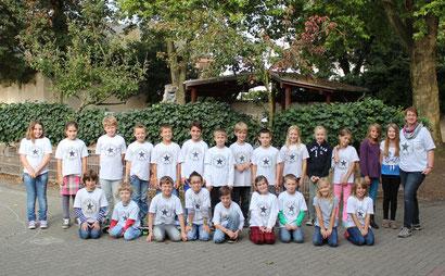 Die Klasse 4a mit ihren Klassen-T-Shirts auf dem Schulhof