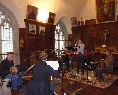 Enregistrement d'un chant, à droite Emmanuel Pariselle.