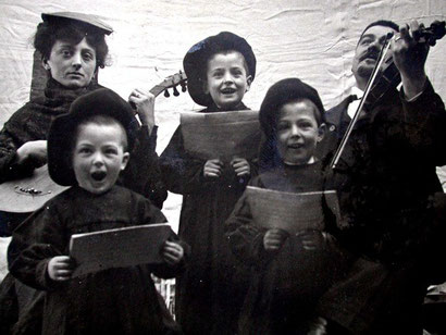 famille chantant et jouant, carte-photo vers 1900