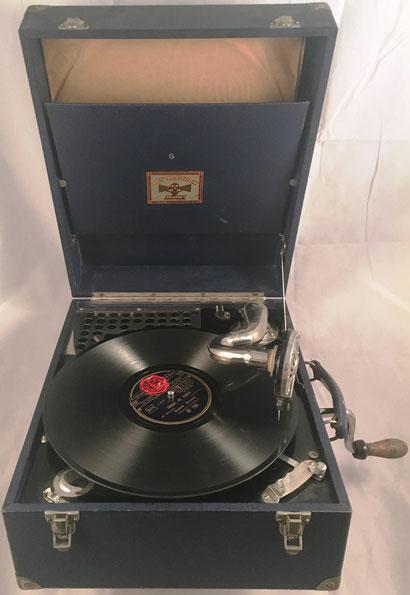 Gramófono de maleta POLYDOR-ELECTRIX (diafragma Polydor Alum), fabricado en Inglaterra, sin s/n, hacia 1930, 35.5x28.5x16 cm