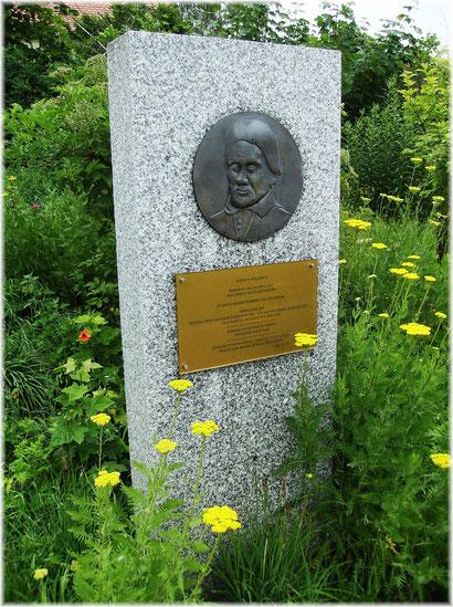 Gedenkstein für Albin Moller vor dem Straupitzer Pfarrhaus. (Photo: A.Urspruch)