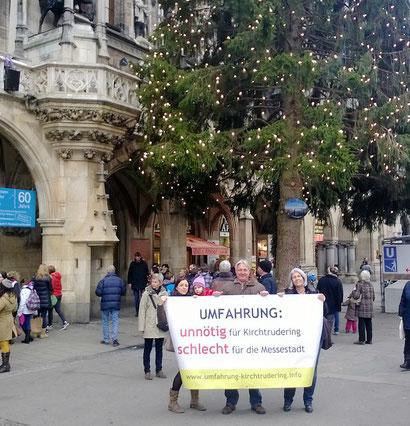 Am 11.12.2013: Mitstreiter der BI KUK vor dem Münchner Rathaus