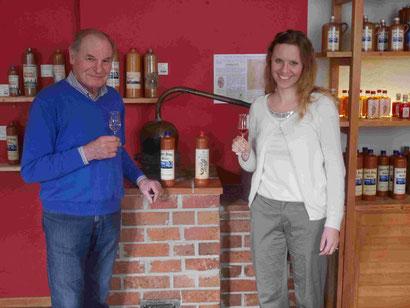 Gert und Stephanie Eckert vor dem Destillierapparat von Karl Eckert