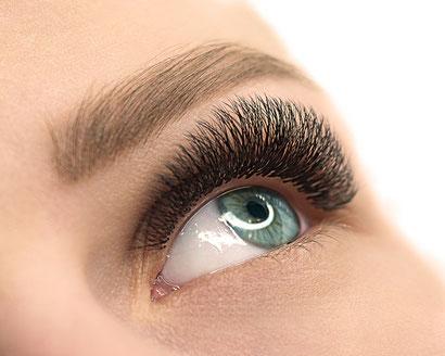 Auge mit Volumenwimpern