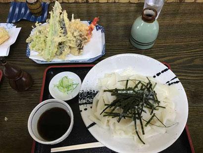 ひもかわうどん+天ぷら盛り合わせをいただきました