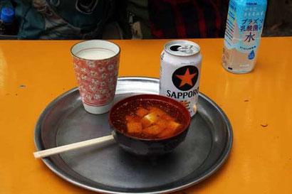 茶屋でなめこ汁、甘酒、ビールを買い持参したお弁当で昼食