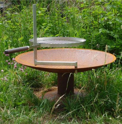 Feuerschale gewölbte Form Ø800mm aus Stahl rostig mit Fussplatte, Adapter für Schwenkarm, Schwenkarm und Grillrost