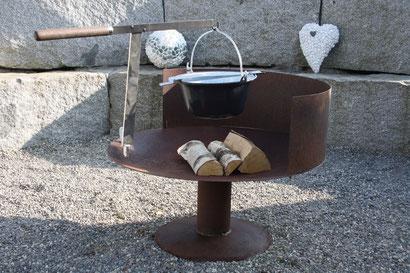 Feuerschale gewölbte Form Ø800mm aus Stahl rostig mit Fussplatte, Windschutz, Adapter für Schwenkarm, Schwenkarm, Kesselträger und Topf 6Liter