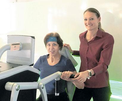 Yvonne Gorsky bei der Einweisung am elektronischen Fitness-Zirkel