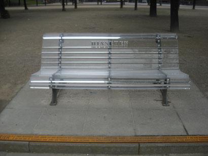 Durchsichtige Sitzbank auf der man das Wort HINSCHAUEN erkennen kann.