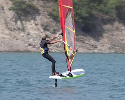dame de 67 ans sur le lac de Serre-Ponçon, navigant sur planche à voile et windfoil aeromod