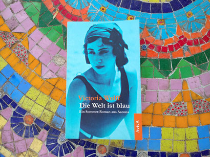 """Victoria Wolff, """"Die Welt ist blau"""", Buch auf buntem Bodenmosaik"""