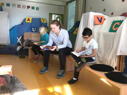 Lesezimmer mit Schülerinnen und Schülern