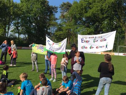 Fans mit Banner am Spielfeldrand sorgten für höchste Motivation